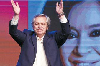 알베르토 페르난데스가 28일 아르헨티나 대선에서 승리를 확정한 직후 지지자들의 환호에 손을 들어 화답하고 있다. [연합뉴스]