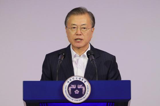 문재인 대통령이 28일 서울 강남구 코엑스에서 열린 국내 최대 규모의 인공지능(AI) 주제 회의인 'DEVIEW 2019'에 참석, 발언을 하고 있다. [뉴시스]