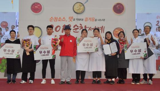 (사진 왼쪽에서 세번째) 경희사이버대학교 외식조리경영학과 강동현(17학번) 학생이 순창발효소스 요리경연대회에서 우수상을 수상했다.