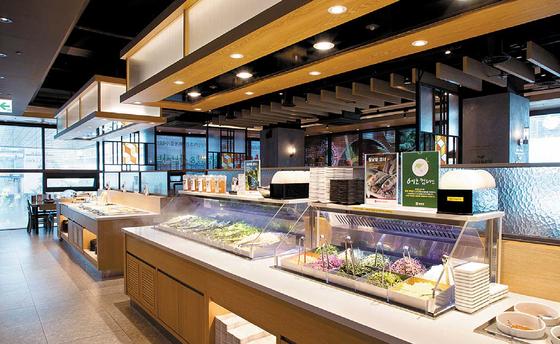 채선당의 '월남쌈&샤브'는 신선한 식재료를 무한 제공해 직장인, 가족 단위 고객에게 인기 있다.
