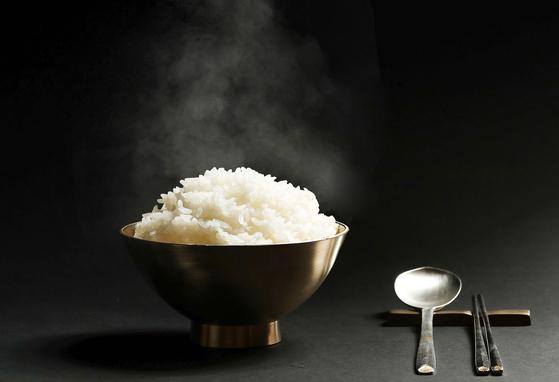 롯데호텔 서울의 한식당 '무궁화'의 쌀밥. 이곳에선 찰지고 단맛이 적당한 밥맛을 내기 위해 고시히카리·아끼바레를 혼합한 쌀인 경기도 평택 '슈퍼오닝'으로 밥을 짓는다. 우상조 기자