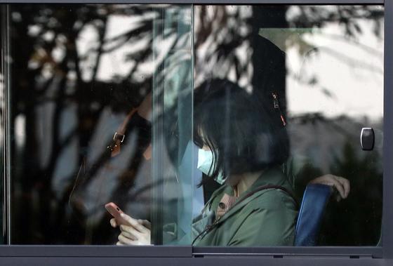 중부지방을 중심으로 미세먼지 농도가 '나쁨' 수준을 보이고 있는 29일 오전 서울 종로구 광화문광장에서 한 시민이 마스크를 쓰고 버스에 탑승해 있다. [뉴시스]