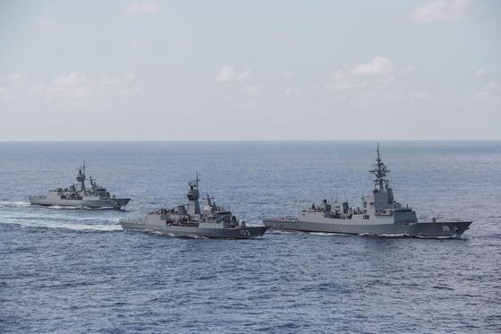 호주 해군의 호바트함, 스튜어트함, 파라마타함(오른쪽부터). [사진 호주 해군 페이스북 캡처]