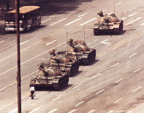 1989년 6월 4일 천안문 광장 시위 현장에서 찍은 탱크를 막아선 남성(일명 '탱크 맨')의 모습. 이 사진은 또 다른 사진기자 아더 창이 포착한 사진이다. [로이터=연합뉴스]