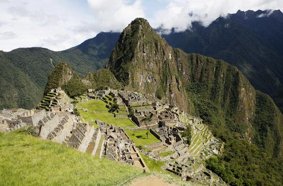 페루 잉카트레일은 해발 2000~4600m 고산 지대를 나흘간 걷는 길이다. 길이 끝나는 지점에 마추픽추가 있다. 하루에 100명만 걸을 수 있으며, 신청자가 많아 1년 전에는 예약해야 한다. 손민호 기자
