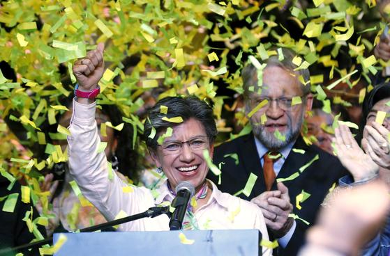 콜롬비아 수도 보고타에서 첫 여성 시장이 탄생했다. 클라우디아 로페스는 커밍아웃한 동성애자로도 주목받고 있다. 그가 지지자들을 향해 화답하고 있다. [EPA=연합뉴스]