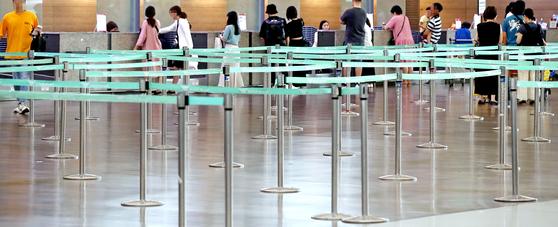 지난 7월 말 인천공항 일본행 탑승 수속 카운터. 일본여행 거부운동으로 한산한 모습이다. [연합뉴스]