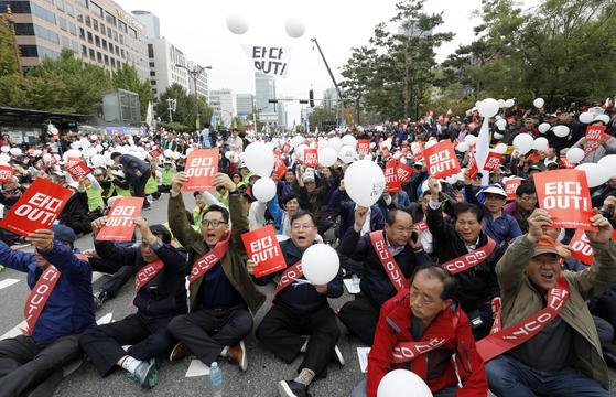 지난 23일 오후 서울 여의도 국회 앞에서 열린 '타다 아웃! 상생과 혁신을 위한 택시대동제'에 참가한 서울개인택시운송사업조합 조합원들이 타다 퇴출을 촉구하는 구호를 외치고 있다. [뉴스1]