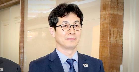 지난 2018년 남북정상회담 당시 평양순안국제공항에 도착한 윤건영 국정상황실장. [뉴스1]