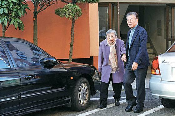 문재인 대통령이 2016년 12월 25일 어머니 강한옥 여사와 함께 성당에 가고 있다. [중앙포토]