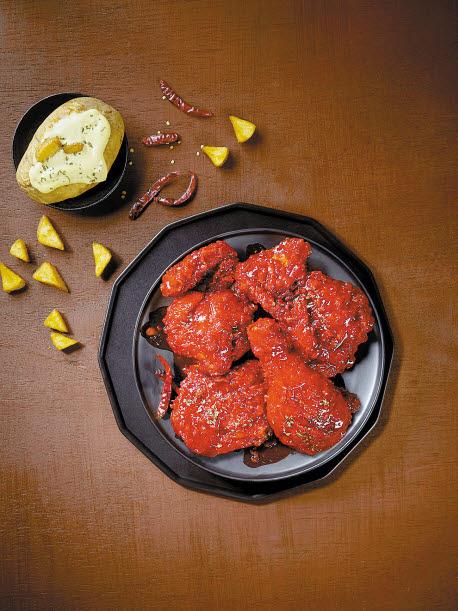 매운맛을 좋아하는 소비자를 겨냥해 출시한 '뱀파이어 치킨'이 인기를 끌고 있다.