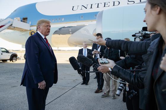 """도널드 트럼프 미국 대통령이 28일(현지시간) 미국 워싱턴 인근 앤드루스 공군기지에서 에어포스원에 탑승하기 직전 기자들과 만나 """"중국과의 무역합의 서명이 예정보다 빨라질 수 있다""""고 말했다. [AP=연합뉴스]"""