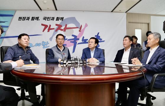 김기문 중기중잉회 회장(왼쪽 세번째)이 김주영 한국노총 위원장(왼쪽 두번째)를 만나 주 52시간제와 관련한 건의사항을 전달했다. [사진 중기중앙회]