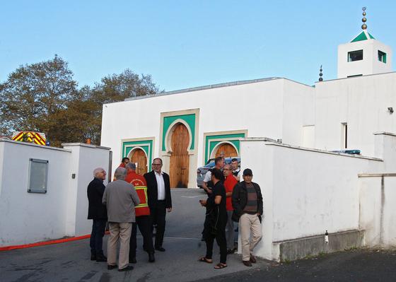 28일(현지시간) 총격이 발생한 프랑스 바욘의 모스크(이슬람교 회당) 앞에서 구조대와 마을주민들이 서있다. [AP=연합뉴스]