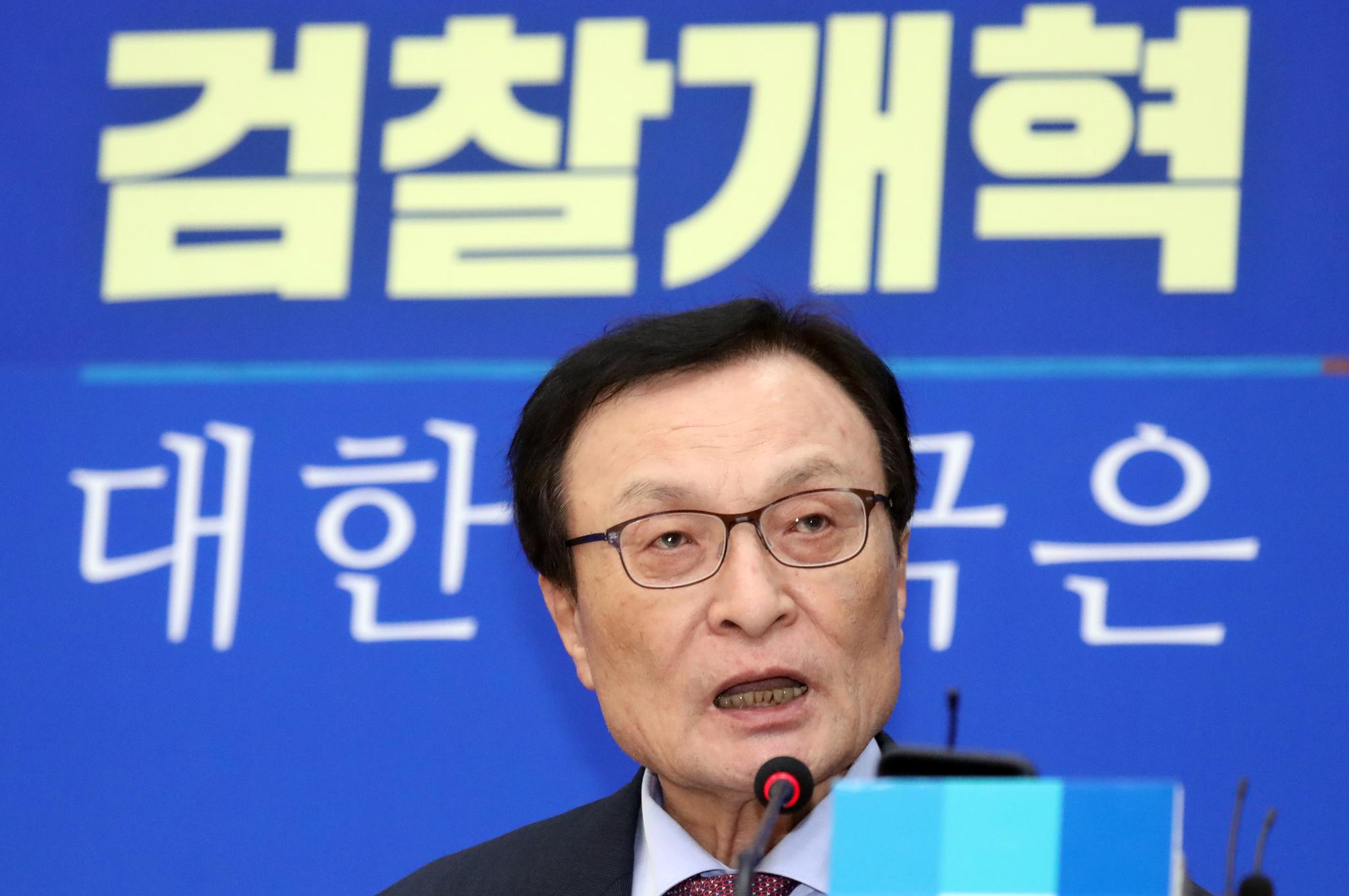 이해찬 더불어민주당 대표가 30일 서울 여의도 국회에서 열린 정기 기자간담회에서 발언을 하고 있다. [뉴스1]