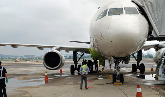 기체 이상으로 회항한 에어부산 항공기. [연합뉴스]