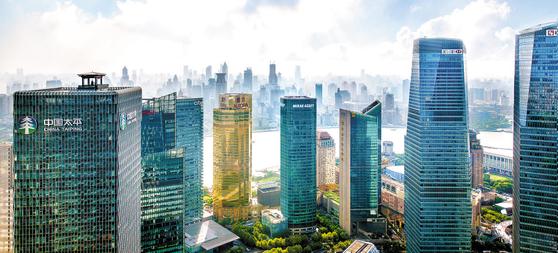 미래에셋자산운용은 전 세계 36개국에서 1700개에 달하는 상품을 판매하고 있으며, 해외에 투자하고 있는 자산은 73조원 이상이다. 사진은 미래에셋상해타워. [사진 미래에셋자산운용]