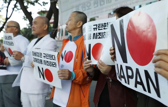 지난 9월 23일 오전 서울 종로구 일본대사관 앞에서 오천도(왼쪽 두번째) 애국국민연합 대표를 비롯한 참석자들이 지난 22일 오후 삭발을 한 후 열린 일본 불매운동 지속 촉구 기자회견에서 손피켓을 들고 있다. [뉴시스]