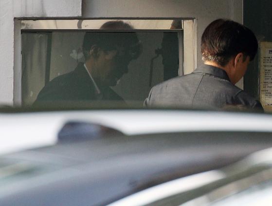 조국 전 법무부 장관이 28일 오전 서울 서초구 자택으로 들어서고 있다. 검찰은 이르면 이번 주 조국 전 장관을 소환할 예정이다. [뉴스1]