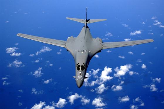 태평양 상공을 비행하는 B-1B 랜서. 이 폭격기는 핵공격을 할 수 없지만, 미군의 전략자산으로 꼽힌다. [사진 미 공군]