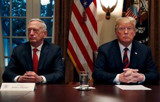 도널드 트럼프 미국 대통령(오른쪽)과 제임스 매티스 국방부 장관. [로이터=연합]