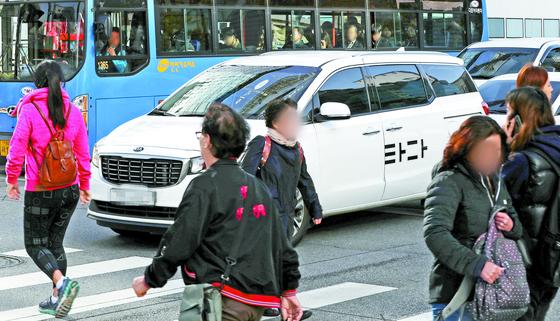 타다 차량이 29일 오전 서울시내에서 운행하고 있다. 검찰은 전날 이재웅 쏘카, 박재욱 VCNC 대표를 불구속 기소했다고 밝혔다. [뉴스1]