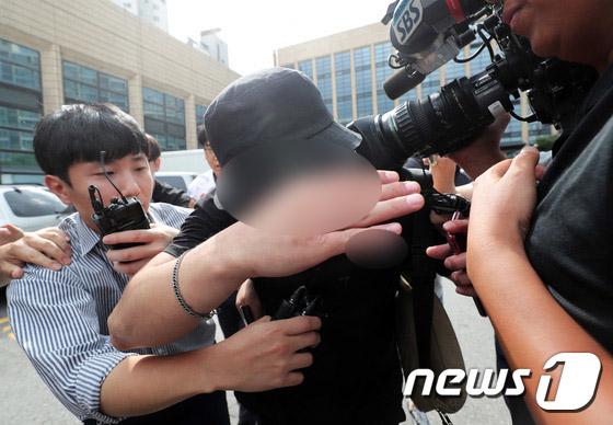 홍대 거리에서 일본인 여성들에게 욕설을 하며 행패를 부린 A씨가 8월 24일 오후 서울 마포경찰서에서 조사를 마친 후 나서고 있다. [뉴스1]
