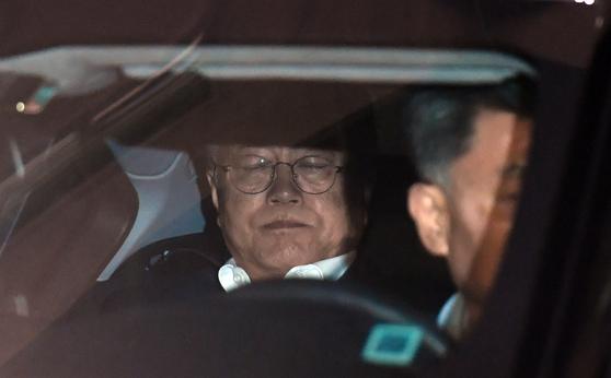 문재인 대통령이 모친 강한옥 여사가 별세한 29일 빈소로 이동하는 차량 안에서 눈을 감고 있다. [뉴스1]
