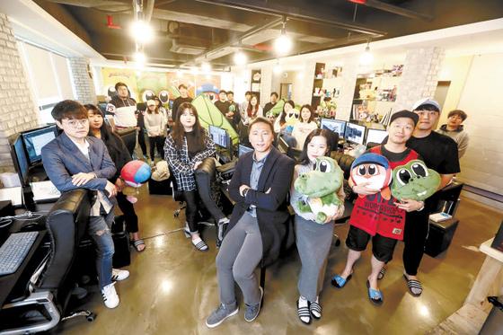 동명대 가족회사인 스튜디오인요의 김승화 대표(가운데)와 직원들. [사진 동명대]