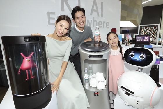 30일 서울 종로구 광화문 KT스퀘어에서 열린 AI 컴퍼니 선언 기자간담회에서 홍보모델들이 KT의 AI 디바이스들을 소개하고 있다. [사진 KT]