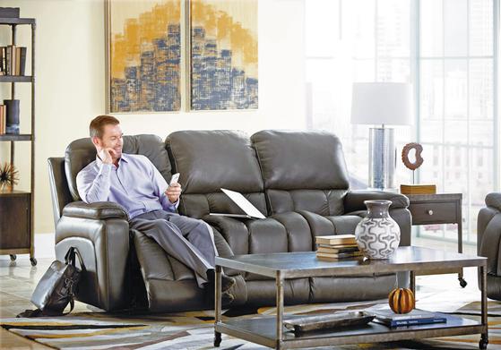 LA-Z-BOY 리클라이너는 다리받이 3단계, 등받이 18단계로 조절되며 최대 180도까지 눕힐 수 있어 편안한 자세로 쉴 수 있다. 3인용 소파는 가운데 등받이를 테이블로도 사용할 수 있어 TV를 보며 다과를 즐길 때 편리하다. [사진 레이지보이]