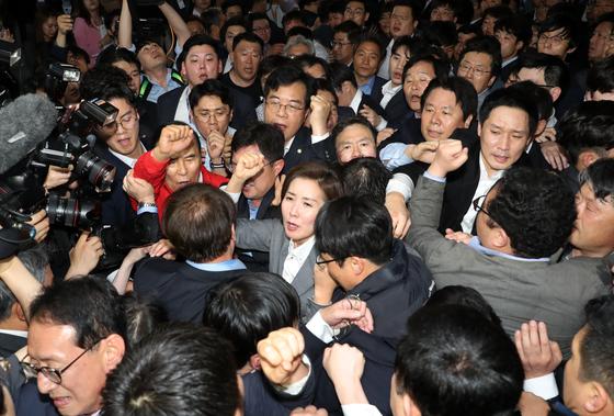 나경원 자유한국당 원내대표를 비롯한 의원들과 보좌관들이 지난 4월 25일 오후 서울 여의도 국회 의안과 앞에서 여당의 공수처법 등 패스트트랙 지정 법안 제출을 저지하기위해 몸으로 막아서며 구호를 외치고 있다. [뉴스1]
