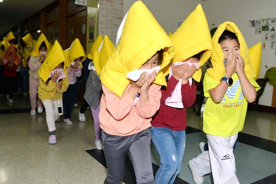 초등생 지진대피 훈련