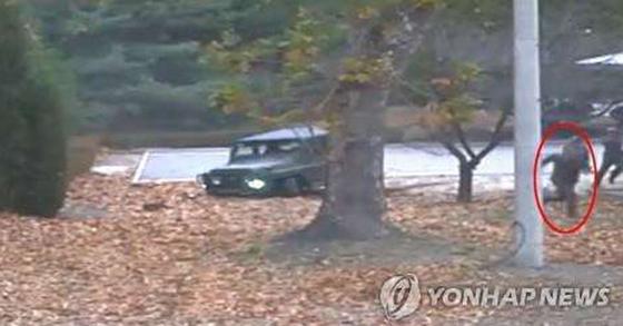 북한 병사 오청성씨 귀순 장면. [연합뉴스]