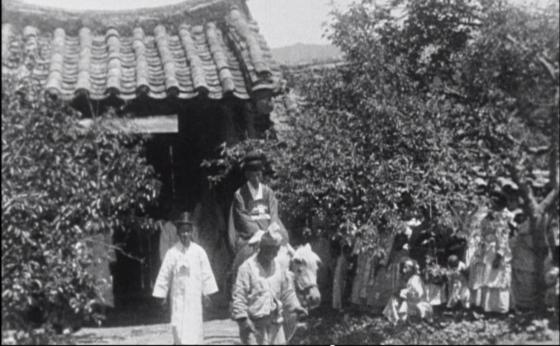 독일 상트 오틸리엔수도원의 총아빠스(수도원장) 노르베르트 베버(1870~1939)가 1925년 한국 체류 당시 연출, 제작한 무성기록영화 〈한국의 결혼식 Eine koreanische Hochzeitsfeier〉의 한 장면. [영상 캡처 성 베네딕도회 왜관수도원]