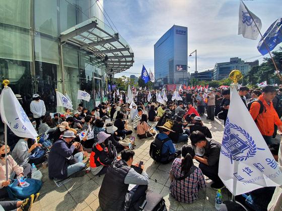지난 9일 서울 광화문역 5번 출구 앞에 서울대 재학생과 졸업생 약 50명이 조국 당시 법무부 장관 사퇴 촉구 집회를 벌이고 있다. 남궁민 기자