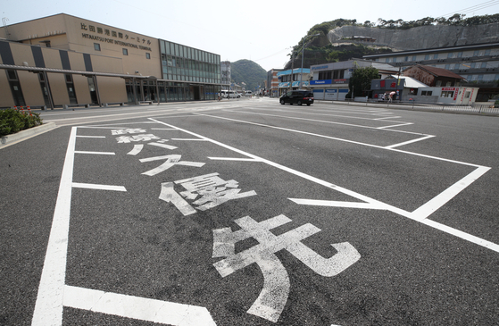 노노재팬(일본 불매운동)이 들불처럼 번지는 가운데 8월 4일 대마도 히타카츠항 국제터미널 단체여행 버스 주차장이 한산한 모습이다. 현지 매체인 나가사키 신문은 지난달 31일 일본 불매운동의 영향으로 한국인 관광객이 급감해 대마도 관광산업이 타격을 입고 있다고 보도했다. [연합뉴스]