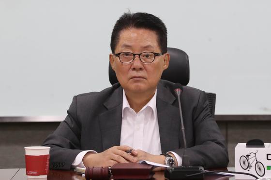 박지원 대안신당 의원이 21일 오전 서울 여의도 국회 의원회관에서 열린 제9차 국회의원·창당준비기획단 연석회의에 참석해 자리를 지키고 있다. [뉴스1]