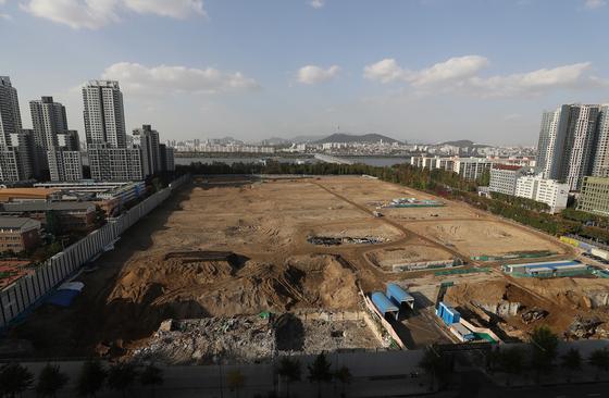 서울 서초구 반포동 신반포3차·경남 재건축 단지의 일반분양분 340여가구 통매각을 둘러싸고 논란이 일고 있다. 이 단지는 착공에 앞서 철거 막바지 단계다. [연합뉴스]