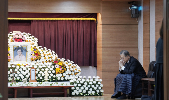 문재인 대통령이 30일 오전 부산 남천성당에 마련된 모친 고(故) 강한옥 여사의 빈소에서 생각에 잠겨있다. [사진 청와대]