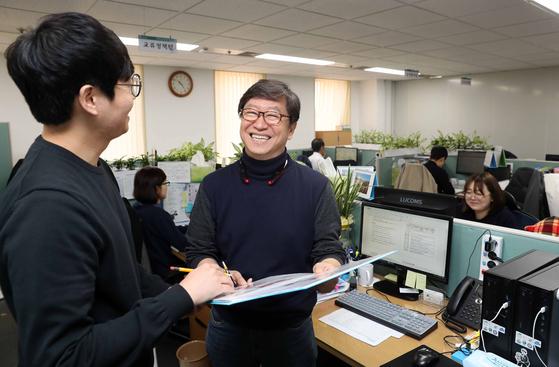 장윤수(60) 서울시 주무관이 24살 연하의 팀장과 업무를 논의하고 있다. 김상선 기자