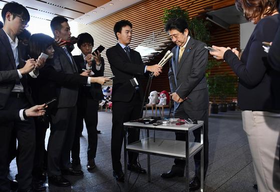 아베 신조 일본 총리가 31일 오전 도쿄 총리관저에서 열린 약식 기자회견에서 발언 도중 고개를 숙이고 있다. 부인의 공직선거법을 위반했다는 의혹이 제기된 가와이 가쓰유키 일본 법무상은 이날 오전 아베 총리에게 사직서를 제출했다. [교도=연합뉴스]