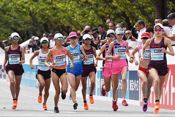 올림픽 테스트이벤트로 지난달 15일 도쿄올림픽 코스에서 열린 마라톤 그랜드 챔피언십. 여자 선수들이 레이스를 펼치고 있다. 무더위 탓에 골인 지점에 냉탕을 설치했다. [AFP=연합뉴스]