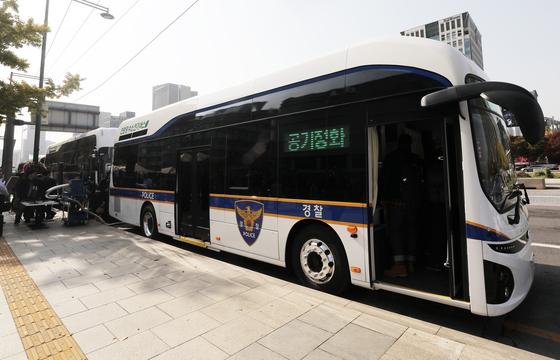 31일 서울 종로구 대한민국역사박물관 앞에서 열린 경찰 수소버스 시승식에서 수소버스가 정차해 있다. 정부는 오는 2028년까지 경찰버스 820대 모두를 수소버스로 교체할 계획이다. [뉴스1]