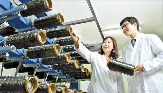 효성은 주력제품에 대한 혁신과 함께 탄소섬유?폴리케톤 등 미래 신소재 사업을 주도할 수 있도 록 연구 개발에 집중하고 있다. 사진은 안양연구소 탄소섬유 품질 검수 모습. [사진 효성그룹]