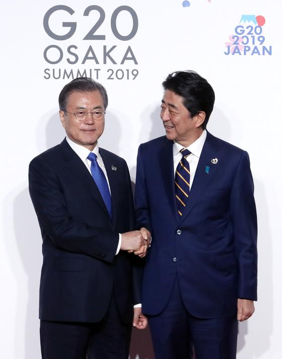문재인 대통령(왼쪽)과 아베 신조 일본 총리. [연합뉴스]