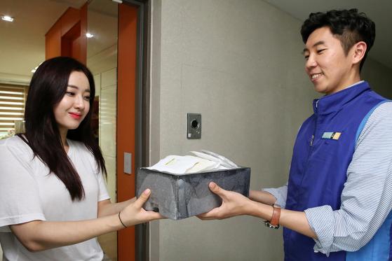 31일 서울 한 아파트에 거주하는 주부가 현대홈쇼핑 아이스팩 수거 캠페인에 동참하고 있다. [사진 현대홈쇼핑]
