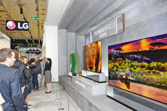 LG전자는 세계 최초로 개발한 8K OLED TV를 국내에 이어 북미·유럽에 출시했다. 지난달 베를 린에서 열린 IFA 2019의 LG전자 8K OLED TV 전시장. [사진 LG그룹]