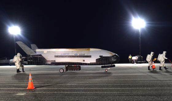 지난 27일 새벽(현지시간) X-37B가 미국 플로리다 나사 케네디우주센터에 착륙하고 있다.[사진 미 공군]