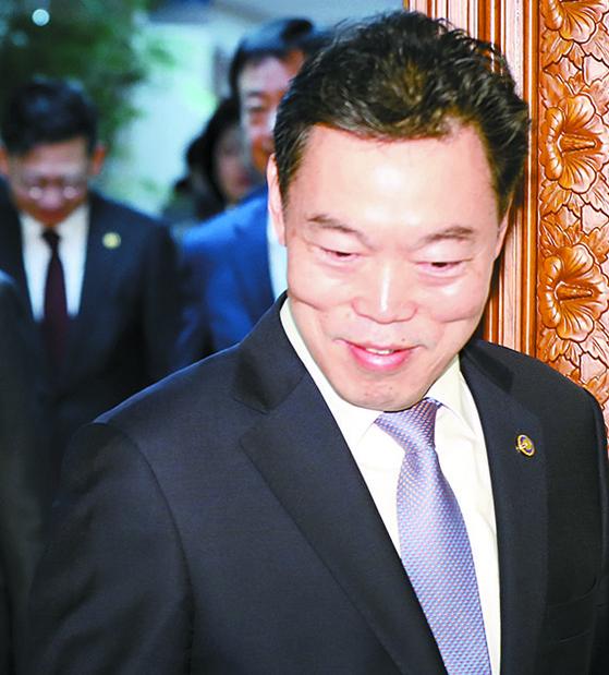 김오수 법무부 차관(오른쪽)이 29일 정부서울청사에서 열린 국무회의에 입장하고 있다. [뉴시스]